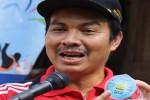 Bupati Kulonprpgo, dr.Hasto Wardoyo menunjukkan produk air mineral dalam kemasan milik Kulonprogo AirKu (http://beliindonesia.com)