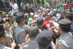 Para pendukung terdakwa kasus perusakan pohon PTPN IX Kerjoarum, Sragen, Sunarji cs., terlibat aksi dorong dengan aparat kepolisian saat menggelar aksi di depan Pengadilan Negeri (PN) Sragen, Senin (18/8/2014). (Taufiq Sidik Prakoso/JIBI/Solopos)
