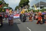 Masyarakat Tawangmangu mengikuti karnaval budaya di jalan raya Tawangmangu, Karanganyar, Selasa (19/8/2014). (Ponco Suseno/JIBI/Solopos)