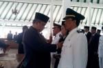 Bupati Boyolali, Seno Samodro (kiri) menyematkan tanda jabatan pada salah satu pejabat yang dilantik di pendapa kantor bupati setempat, Selasa (19/8/2014). (Septhia Ryanthie/JIBI/Solopos)