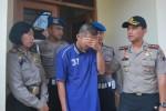 Tersangka kasus cabul, MD, 25 (menutup muka),  memberikan keterangan kepada Kapolres Boyolali, AKBP Budi Sartono (kanan) di Mapolres Boyolali, Selasa (19/8/2014). (Septhia Ryanthie/JIBI/Solopos)