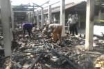 Sejumlah pedagang mengais sisa-sisa barang dagangan mereka di lokasi kebakaran di Pasar Mulur, Bendosari, Sukoharjo, Selasa (19/8/2014). (Iskandar/JIBI/Solopos)