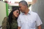Soraya, 35, dengan suaminya Gunawan, 38, tetap mesra meski usia pernikahan mereka telah memasuki 16 tahun. Meluangkan waktu berduaan menjadi salah satu cara untuk menjaga kemesraan pasangan. (Aeranie Nur Hafnie/JIBI/Solopos)