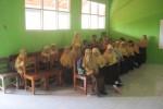 Siswa kelas IIIB MIN Gabugan, Tanon, Sragen, menempati kursi yang baru saja  tiba di sekolah tersebut, Kamis (21/8/2014). Sebelumnya, puluhan siswa MIN tersebut terpaksa belajar dengan lesehan. (Taufiq Sidik Prakoso/JIBI/Solopos)