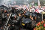 Aparat Kepolisian menembakkan gas air mata kepada pendukung Prabowo – Hatta yang memaksa masuk ke kawasan Gedung Mahkamah Konstitusi (MK) di Jakarta, Kamis (21/8/2014).  (Rahmatulllah/JIBI/Bisnis)