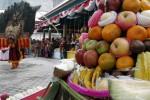 Warga menyaksikan penampilan reog dari Purwodiningratan saat pembukaan Selter Buah Purwosari, Laweyan, Solo, Jumat (22/8/2014). (Ardiansyah Indra Kumala/JIBI/Solopos)