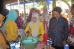 Direktur Usaha Ekonomi Masyarakat Ditjen PMD Kemendagri, Sapto Supono (kanan), menyaksikan pembuatan sabun colek yang dilakukan warga Desa Celep, Kedawung, Sragen, Sabtu (23/8/2014). (Taufiq Sidik Prakoso/JIBI/Solopos)
