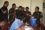 Kajari Wonogiri, Dwi Setyo Budi Utomo (kanan) memantau pemeriksaan urine di Aula Kantor Kejaksaan Negeri Wonogiri, Senin (25/8/2014). (Trianto Hery S./JIBI/Solopos)