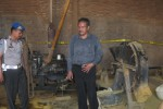 Petugas Polsek Selogiri memeriksa lokasi penggilingan jamu milik Suripto Hadiwijoyo di Dusun Nangger RT 006/RW 005, Desa Nambangan, Kecamatan Selogiri, Wonogiri dengan latar belakang mesin penggilingan yang dipasang police line, Selasa (26/8/2014). (Trianto Hery S./JIBI/Solopos)