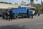 Tim gabungan memeriksa truk yang terjaring operasi terpadu di wilayah Kecamatan Teras, Kabupaten Boyolali, Jumat (29/8/2014). (Septhia Ryanthie/JIBI/Solopos)