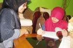 Fitria Novita, 38, warga Gentan, Solo, Jawa Tengah mendampingi putri pertamanya, Arfia Adilla, 13, belajar. Pendampingan dari orang tua sangat penting untuk membuat anak nyaman dan tenang saat belajar di rumah. (Aeranie Nur Hafnie/JIBI/Solopos)