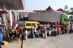 Warga antre mendapatkan bahan bakar minyak (BBM) jenis Premium di Stasiun Pengisian Bahan Bakar Umum (SPBU) Sarirejo, Jl. Ring-Road Utara, Karang Tengah, Sragen, Selasa (26/8/2014). Pengendalian konsumsi BBM bersubsidi, mengakibatkan sejumlah SPBU kekurangan pasokan. (Ody Batatya Frontania Aryanto/JIBI/Solopos)