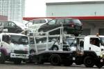 Truk di salah satu gudang stok mobil di kawasan Sunter, Jakarta, Senin (11/8/2014), mengangkut mobil-mobil untuk didistribusikan ke diler. (Rachman/JIBI/Bisnis)