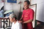 "Penyandang tunanetra, Srihanto ""Banjir"" Joko Subeno, 48, sedang memijat sahabatnya Mulyadi, 67, di rumahnya di Kampung Surobawan, Kartopuran, Jayengan, Solo. Profesi memijat dijalani Banjir sejak 1997. (Aeranie Nur Hafnie/JIBI/Solopos)"