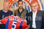 Bek anyar Bayern Munich, Mehdi Benatia bersma petinggi Bayern. Ist/soomaalidamaanta.net