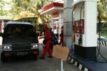 Petugas operator SPBU 44.577.06 Popongan, Karanganyar, Tarko menjelaskan kepada pengemudi mobil, bahwa stok premium habis, dan menawarkan pertamax, Senin (25/8/2014). (Mariyana Ricky/JIBI/Solopos)