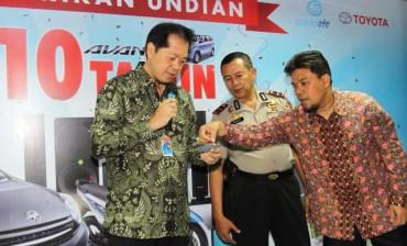 Chief Executive Officer Astra Credit Companies (ACC) Jodjana Jody (dari kiri ke kanan) disaksikan aparat Polsek Jagakarsa Ipda Margo dan notaris Zulkifli Harahap mengambil undian hadiah utama program 10 Tahun Avanza berupa Toyota Agya di Jakarta, Rabu (27/8/2014). Hingga Agustus 2014, ACC telah membiayai 126.189 unit kendaraan dengan total pembiayaan senilai Rp16,27 triliun. (Nurul Hidayat/JIBI/Bisnis)