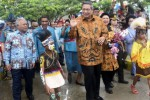 Presiden Susilo Bambang Yudhoyono (SBY) didampingi Ibu Negara Ani Yudhoyono dan Menhan Purnomo Yusgiantoro (kiri) menyapa warga saat meresmikan Rumah Pintar Kofarkor di Waisai, Raja Ampat, Papua Barat, Sabtu (23/8/2014). Presiden SBY ke Raja Ampat untuk menghadiri acara puncak Sail Raja Ampat 2014 di Pantai Waisai Torang Cinta (WTC). Acara puncak Sail Raja Ampat 2014 yang dibuka oleh Presiden Susilo Bambang Yudhoyono tersebut dimeriahkan dengan atraksi terjun payung, parade kapal perang, dan sejumlah tarian tradisional. (JIBI/Solopos/Antara/Prasetyo Utomo)