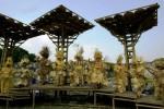 Model dari Red Batik memperagakan pakaian dari bambu di atas seni instalasi yang terbuat dari bambu dalam dalam persiapan Bamboo Binnale 2014 di pelatarn Benteng Vastenburg, Kamis (28/8/2014). Bamboo Binnale tersebut akan dibuka Minggu (31/8/2014) mendatang. (Sunaryo Haryo Bayu/JIBI/Solopos)