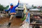 Pekerja melakukan pengerjaan proyek pelebaran Pintu Air Manggarai, Jakarta, Jumat (29/8/2014). Pelebaran dengan penambahan satu daun pintu tambahan tersebut untuk meningkatkan daya tampung air menjadi sekitar 507 meter kubik per detik dengan anggaran mencapai Rp160,04 miliar. (Alby Albahi/JIBI/Bisnis)