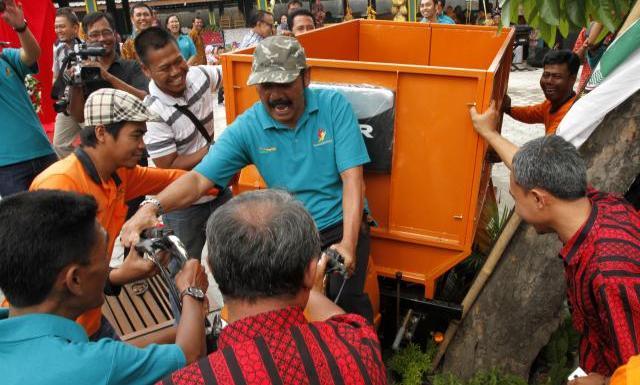 Wali Kota Solo F.X. Hadi Rudyatmo hampir menabrak pohon saat mencoba sepeda motor pengangkut sampah seusai meresmikan Selter Buah Purwosari, Laweyan, Solo, Jawa Tengah, Jumat (22/8/2014). Sepeda motor pengangkut sampah yang berjumlah tiga buah tersebut merupakan program corporate social responsibility (CSR) dari Yayasan Danamon Peduli. (Ardiansyah Indra Kumala/JIBI/Solopos)