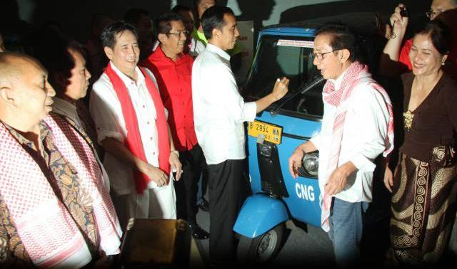 Calon presiden terpilih Joko Widodo alias Jokowi menandatangi Bajai yang dinaikinya saat mengambil nomor urut capres di Komisi Pemilhan Umum (KPU), 1 Juni 2014 lalu. Penandatanganan itu ia lakukan dalam acara Doa Jokowi untuk Negeri di Taman Ismail Marzuki, Jakarta, Minggu (24/8/2014) malam. Acara yang digelar dalam rangka memperingati HUT ke-69 Republik Indonesia tersebut juga dihadiri para sukarelawan pendukung Jokowi-JK dalam Pilpres 2014 dan pemuka agama. (Abdullah Azzam/JIBI/Bisnis)