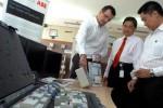 Local Business Unit Manager for Low Voltage Products Enclosures and DIN Rail PT. ABB Sakti Industri Uwe Tschirner (dari kiri ke kanan) berbincang tentang produk Residual Current Operated Circuit Breaker (RCCB) terbaru dengan Direktur Dodon Ramlie, dan Local Division Manager Low Voltage Products Division Roy Kosasih di Jakarta, Rabu (27/8/2014). ABB Hadirkan RCCB terbarunya, tipe F200 dan FH200 sebagai solusi protektif untuk industri maupun hunian berkat sensitivitasnya yang tinggi serta kemampuannya dalam mendeteksi arus bocor. Dengan keunggulan peranti elektronik baru itu, konsumen terhindar dari musibah sengatan listrik ataupun kebakaran akibat arus pendek atau korsleting. (Rachman/JIBI/Bisnis)