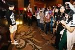 Desainer Indonesia tingkat dunia Tex Saverio (kiri) memberi penjelasan mengenai ajang adibusana Fashion Hall of Fame (FHOF) 2014 mempersembahkan koleksi Tex Saverio di Jakarta, Kamis (28/8/2014). FHOF mempersembahkan koleksi Ready to Wear Autum-Winter 2014 (AW14) Tex Vario yang dikemas sebagai AW14 Trunk Show. Koleksi itu berisi 10 desain busana terpilih dari 22 desain koleksi AW14 yang pernah diperagakan di atas catwalk Paris Fashion Week 2014 pada bulan Februari 2014 lalu. (Dedi Gunawan/JIBI/Bisnis)