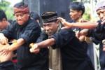 Sejumlah seniman debus melakukan atraksi permainan api pada acara Festival Debus di Anyer, Serang, Banten, Sabtu (23/8/2014). Festival yang diikuti 2.000 seniman debus se-Banten itu digelar untuk membangkitkan pariwisata pantai tersebut, sekaligus untuk mencatatkan rekor Museum Rekor Indonesia (Muri) sebagai pertunjukan debus dengan peserta terbanyak. (JIBI/Solopos/Antara/Asep Fathulrahman)