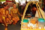 Patrick (kiri) dan Sophia (kedua dari kiri), dua pengunjung Festival Jalan Jaksa di Jakarta, Jumat (22/8/2014), memesan kerak telur yang ditawarkan dalam festival budaya itu. Kedua ekspatriat itu mengenakan busana bernuansa tradisi Jawa, lengkap dengan belangkon kala datang ke lokasi festival budaya Jakarta tersebut.(Dwi Prasetya/JIBI/Bisnis)