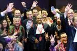 Tim kuasa hukum Joko Widodo-Jusuf Kalla (Jokowi-JK) tampak semringah kala berfoto bersama seusai sidang putusan perkara perselisihan hasil pemilihan umum (PHPU) Pemilihan Umum Presiden dan Wakil Presiden (Pilpres) 2014 di Mahkamah Konstitusi (MK), Jakarta, Kamis (21/8/2014). Majelis hakim konstitusi memutuskan menolak permohonan pasangan calon presiden dancalon wakil presiden Prabowo Subianto dan Hatta Rajasa. Putusan itu tanpa diwarnai dengan perbedaan pendapat hakim atau dissenting opinion. (Dwi PrasetyaJIBI/Bisnis)