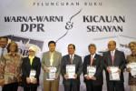 Wakil Ketua DPR Priyo Budi Santoso (keempat dari kanan) bersama anggota DPR Ahmad Yani (ketiga dari kiri), Sekretaris Jenderal DPR Winantuningtyastiti (kanan), Ketua Koordinatorat Wartawan DPR Jaka Sulistiyo (kedua dari kiri) menunujukkan buku foto Warna-Warni DPR serta Kicauan Senayan yang diluncurkan di Kompleks Parlemen Senayan Jakarta, bertepatan dengan hari ulang tahun (HUT) ke-69 DPR, Jumat (29/8/2014). (JIBI/Solopos/Antara/Yudhi Mahatma)