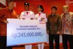 Direktur Utama PT Bank Rakyat Indonesia Tbk (BRI) Sofyan Basir (kiri) secara simbolis menyerahkan beasiswa BRI kepada perwakilan Pasukan Pengibar Bendera Pusaka (Paskibraka) Nasional 2014 dengan disaksikan Asisten Deputi Kepemmipinan Pemuda Kementrian Pemudan dan Olahraga I Gusti Ngurah Bagus Sucitra (kedua dari kanan), Komisaris Utama BRI Bunasor Sanim di Jakarta, Rabu (20/8/2014). BRI memberikan beasiswa kepada seluruh anggota Paskibraka Nasional 2014 yang bertugas pada upacara bendera peringatan Detik-Detik Proklamasi dalam rangka HUT RI 2014 di Istana Merdeka Jakarta itu dengan nilai total Rp245 juta. (Dedi Gunawan/JIBI/Bisnis)