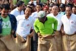 Gubernur DKI Jakarta yang juga calon presiden terpilih Joko Widodo alias Jokowi (kedua dari kiri) mengikuti lomba balap karung dalam rangka Pesta Rakyat Waduk Pluit di Waduk Pluit, Jakarta, Minggu (17/8/2014). Ribuan warga memadati pesta rakyat yang dimeriahkan berbagai lomba dan hiburan dalam rangka memeriahkan HUT RI 2014 itu. (JIBI/Solopos/Antara/Dodit)