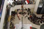 Peserta berhasil mencapai pucuk bambu saat lomba panjat pinang yang digelar di Solo Grand Mall (SGM), Solo, Jawa Tengah, Rabu (13/8/2014). Lomba panjat pinang yang dilakukan di dalam pusat perbelanjaan tersebut untuk menyemarakkan Peringatan HUT ke-69 Republik Indonesia. (Septian Ade Mahendra/JIBI/Solopos)