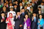 Presiden Susilo Bambang Yudhoyono (ketiga dari kiri) dengan didampingi Ibu Negara Ani Yudhoyono (ketiga dari kanan), Wakil Presiden Boediono (kedua dari kanan) beserta istri, Herawati Boediono (kanan), Ketua DPR Marzuki Alie (kiri) beserta istri, Asmawati, berfoto seusai pidato kenegaraan Presiden dalam sidang bersama Dewan Perwakilan Rakyat (DPR) dan Dewan Perwakilan Daerah (DPD) di Gedung Nusantara, Kompleks Gedung Parlemen Senayan, Jakarta, Jumat (15/8/2014). Pidato tersebut merupakan pidato kenegaraan ke-10 sekaligus sebagai yang terakhir dalam masa jabatan SBY sebagai Presiden Republik Indonesia. (Dwi Prasetya/JIBI/Bisnis)
