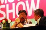 Ketua Penyelenggara Indonesia International Motor Show (IIMS) 2014 Johnny Darmawan (kiri) berdiskusi dengan Direktur Sales and Marketing PT Pertamina Lubricants Rifky Effendi Hardijanto di sela-sela konferensi pers IIMS 2014 di Jakarta, Kamis (28/8/2014). (Dwi Prasetya/JIBI/Bisnis)