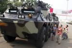 Sejumlah bocah memperhatikan tank Anoa yang diparkir di halaman Monumen Nasional (Monas), Jakarta, Jumat (29/8/2014). Alat utama sistem persenjataan (alursista) TNI berupa tank-tank Leopard dan Anoa dipamerkan di pelataran Monas dalam rangka memeriahkan lomba lari yang diadakan Istana Kepresidenan dengan tajuk Independence Day Run yang dijadwalkan Minggu (31/8/2014) mendatang. (JIBI/Solopos/Antara/Vitalis Yogi Trisna)