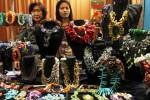 Pengunjung melihat kerajinan yang dipamerkan dalam Indocraft & Fashion 2014 di Jakarta Convention Center (JCC), Senayan, Jakarta, Rabu (27/8/2014). Pameran yang menyajikan sejumlah produk fashion seperti batik, tenun, bordir, kerajinan berbahan dasar kulit, serta aksesori tersebut diselenggarakan 27-31 Agustus 2014. (Abdullah Azzam/JIBI/Bisnis)