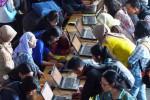 Pencari kerja mengisi formulir pada Indonesia Career Expo 2014 yang digelar di Jakarta, Jumat (8/8/2014). Pemerintah memprediksi angkatan kerja baru akan bertambah sebanyak 1,72 juta orang, yakni dari 118,19 juta orang pada 2013 meningkat menjadi 119,91 juta pada 2014 ini. (Dwi Prasetya/JIBI/Bisnis)
