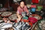 Yatmini, 56, menyiapkan ikan dagangannya di salah satu kios Pasar Gede, Solo, Jawa Tengah, Selasa (12/8/2014). Pasokan ikan laut seperti tengiri, dorang, tuna, dan tongkol di pasar tersebut mengalami kelangkaan akibat pengaruh cuaca yang tak menentu. (Septian Ade Mahendra/JIBI/Solopos)