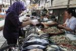 Pembeli memilih ikan di salah satu kios Pasar Gede, Solo, Rabu (20/8/2014). Ikan laut seperti bawal, dorang, dan tenggiri rata-rata mengalami kenaikan harga Rp5.000 per kilogramnya karena pengaruh cuaca. (Septian Ade Mahendra/JIBI/Solopos)