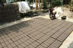 Perajin batu bata, Daliyem, 57, menuangkan tanah liat ke dalam cetakan untuk dibuat batu bata di Desa Gondang Siwal, Baki, Sukoharjo, Jumat (29/8/2014). Batu bata-batu bata itu kini bisa dijual dengan harga Rp500.000 untuk setiap 1.000 biji. (Septian Ade Mahendra/JIBI/Solopos)