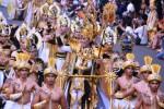 Presiden Jember Fashion Carnaval (JFC), Dynand Faris (tengah), tampil bersama sejumlah peserta defile Borobudur dalam JFC ke-13 di Jember, Jawa Timur, Minggu (24/8/2014). Dynand Fariz adalah penggagas karnaval fashion di jalan yang dikenal sebagai JFC. Kini karnaval seperti JFC telah ditiru dan diadakan di kota-kota lain, tak terkecuali Solo. (JIBI/Solopos/Antara/Seno)