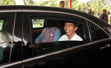Presiden terpilih Joko Widodo menumpang mobil dinas baru Mercedes-Benz seusai menghadiri acara silahturahim dengan sukarelawan Barvo-5 di Jakarta, Sabtu (23/8/2014). Pascaputusan Mahkamah Konstitusi (MK) calon presiden dan calon wakil presiden terpilih Joko Widodo dan Jusuf Kalla resmi menggunakan kendaraan operasional dari pemerintah dan dalam pengawalan Paspamres. (JIBI/Solopos/Antara/Reno Esnir)