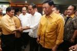 Calon presiden terpilih Joko Widodo alias Jokowi bersalaman dengan para kader dan simpatisan Partai Hati Nurani Rakyat (Hanura) di Kantor Dewan Pimpinan Pusat (DPP) Partai Hanura, Jakarta, Selasa (12/8/2014). Jokowi mendatangi kantor Hanura untuk bersilaturrahim dengan Ketua Umum partai politik itu, Wiranto. (JIBI/Solopos/Antara/Rohimat Qodratun)