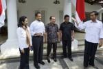 Calon presiden terpilih Joko Widodo (kanan) berbincang dengan Rini Mariani Soemarno (kiri) selaku kepala staf Kantor Transisi Jokowi-JK. Rini M. Soemarno yang saat menjabat sebagai mantan Menteri Perindustrian dan Perdagangan Kabinet Gotong Royong lebih kondang sebagai Rini Soewandi selaku kepala staf kantor transisi itu membawahi tiga deputi, yakni Anies Baswedan (kedua dari kiri), Hasto Kristiyanto (kedua dari kanan), dan Akbar Faisal (tengah). (JIBI/Solopos/Antara/Widodo S. Jusuf)
