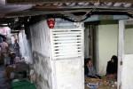 Suasana sendu mewarnai rumah duka almarhum Haknyo Ramiyono, 72, pawang hujan Kasunanan Surakarta Hadiningrat di Carikan RT 002/RW 009, Gajagan, Pasar Kliwon, Solo, Jawa Tengah, Selasa (26/8/2014). Almarhum yang berprofesi sebagai pawang hujan selama 52 tahun tersebut meninggal karena sakit mag yang dideritanya, Selasa (26/8/2014) pukul 07.30 WIB. (Ardiansyah Indra Kumala/JIBI/Solopos)