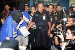 Pegawai Bea dan Cukai pemperlihatkan bungkusan berisi ratusan butir pil ekstasi di depan dua tersangka kasus narkotika dan obat-obatan berbahaya (narkoba) di Jakarta, Selasa (12/8/2014). Jajaran Kantor Wilayan Bea Cukai setempat yang bekerja sama dengan pegawai Kantor Pos, dan Badan Narkoba Nasional (BNN), berhasil menyita 519 butir tablet ekstasi yang dikirim melalui paket pos. Kedua tersangka bermaksud menerima paket itu di Kantor Pos Pasar Baru, Jakarta. (Endang Muchtar/JIBI/Bisnis)