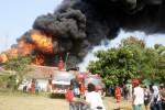 Petugas memadamkan api yang menghanguskan pabrik pengolahan oli di Desa Duren, Klari, Karawang, Jawa Barat, Selasa (19/8/2014). Dalam peristiwa yang diduga disebabkan meledaknya tabung elpiji itu, lebih dari enam kendaraan pemadam kebakaran dikerahkan untuk memadamkan api yang menghanguskan pabrik pengolahan oli beserta musala dan sejumlah rumah warga itu. (JIBI/Solopos/Antara/M.Ali Khumaini)